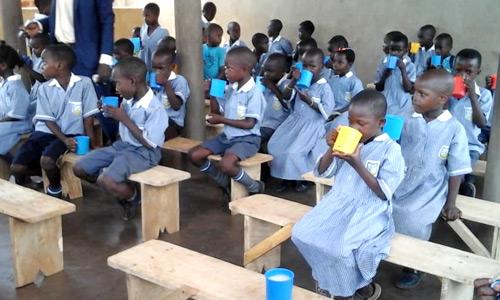 Brennerei Feller spendet Mittagessen für Kindern der Catherine Primary School Kangulumira